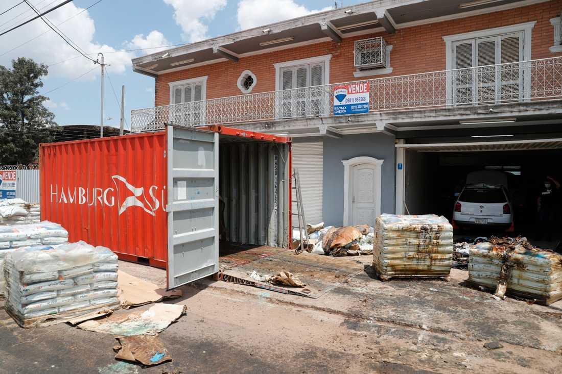 Sju förmultnande kroppar hittades inuti lastcontainern.