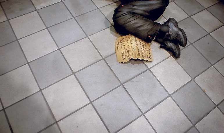 """Att hemlösa i Stockholm kan tjäna mycket pengar håller inte Micke med om. """"En vanlig dag får jag ihop kanske 150–200 kronor. Det är nog för att klara dagen, inte mer"""", säger han. (Klicka för större version)"""