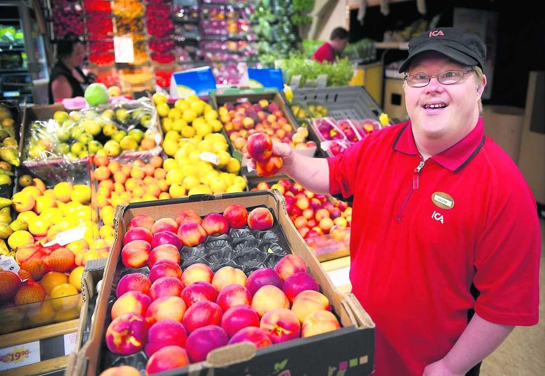 KALLAS FÖR SOLSTRÅLEN Anders Gustafsson, 42, hade sorterat väggfästen på Samhall i 24 år när han såg Ica-reklamen med Jerry. Efter att ha gjort praktik i butiken har han nu fått fast jobb på Ica Indianen i Ekshärad – där en av uppgifterna är att hålla fräscht på fruktavdelningen.