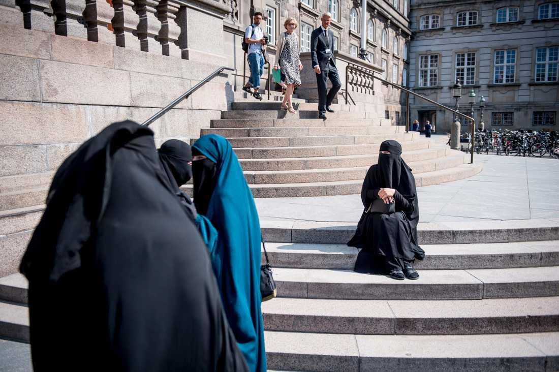 Kvinnor i niqab framför Christiansborg i Köpenhamn.