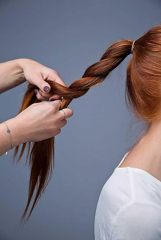 2. Tvinna svansen och fäst upp håret i en knut.  Pinna fast den med hjälp av några nålar.
