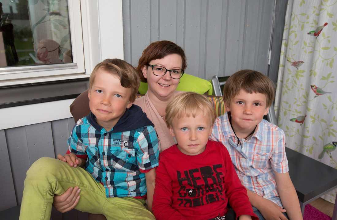 """Bilden togs för Aftonbladet sommaren 2016 där Carina Ekman medverkade i vår granskning """"Trasigt underliv"""". Tillsammans med sönerna Sixten, då 9, Stig, 4, och Sten, 6."""