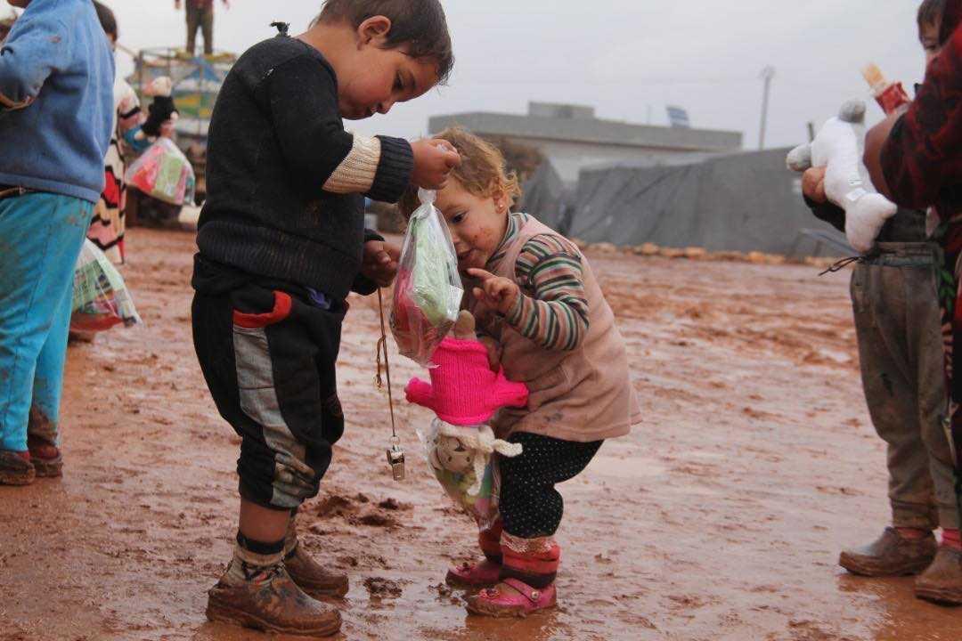 I containern till flyktinglägren i Syrien fanns särskilda påsar till barnen med klämmisar och näringslösning.