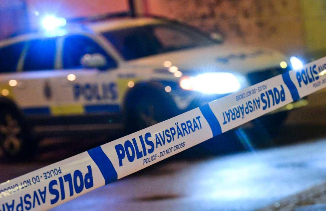En man har hittats död i en lägenhet i Upplands-Bro kommun och en annan man har anhållits misstänkt för mord. Arkivbild.