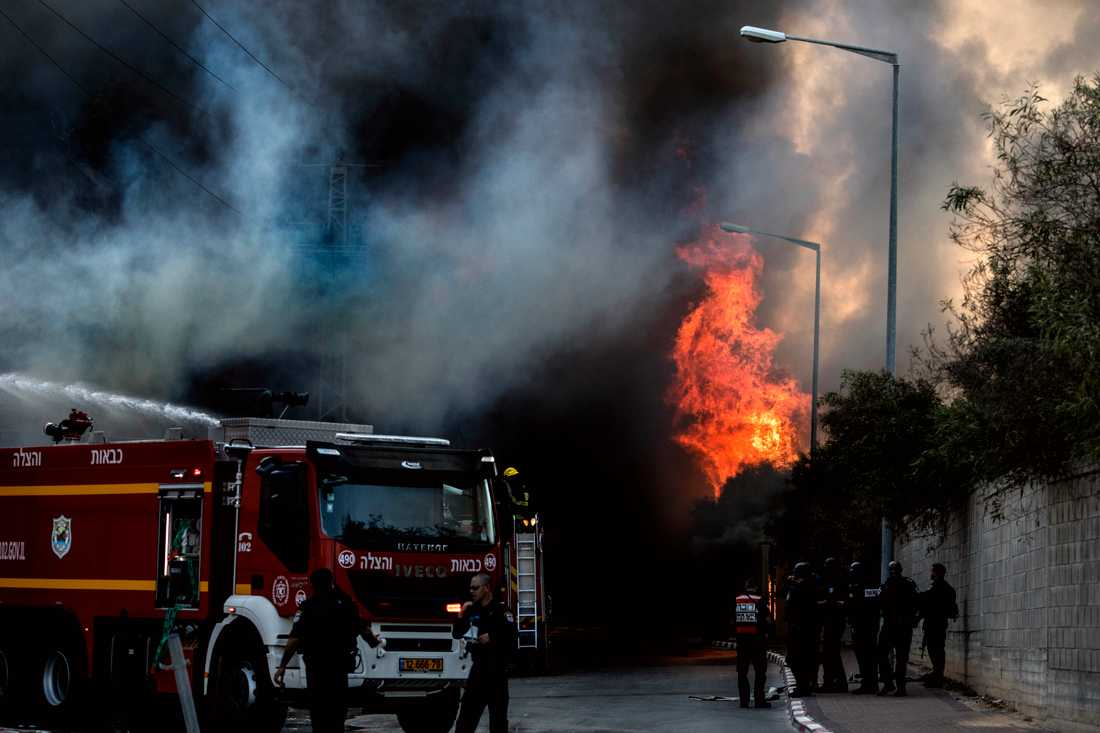 Brandkår bekämpar en brand som bröt ut i en fabrik i israeliska Sderot, efter att en raket träffat byggnaden.