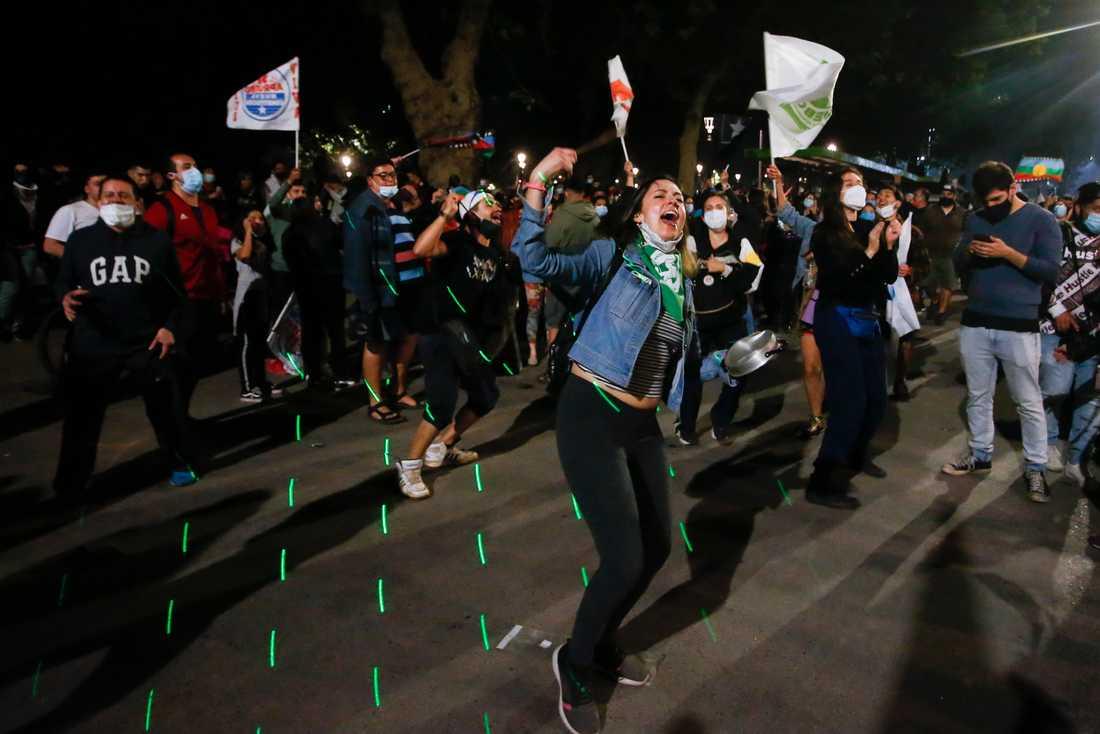 Chilenare firar på gatorna i Santiago.