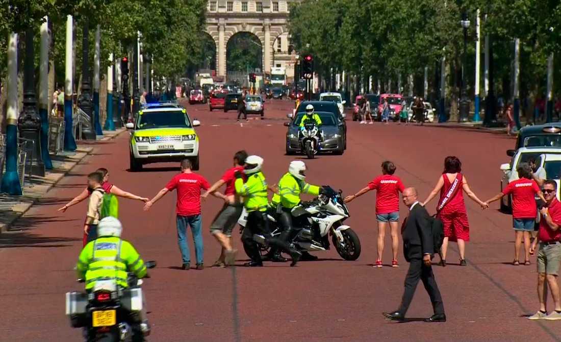 Klimatdemonstranter försökte blockera vägen för den nye premiärministern.