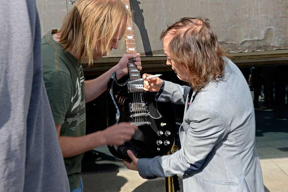 Angus Young fick bland annat signera en gitarr.