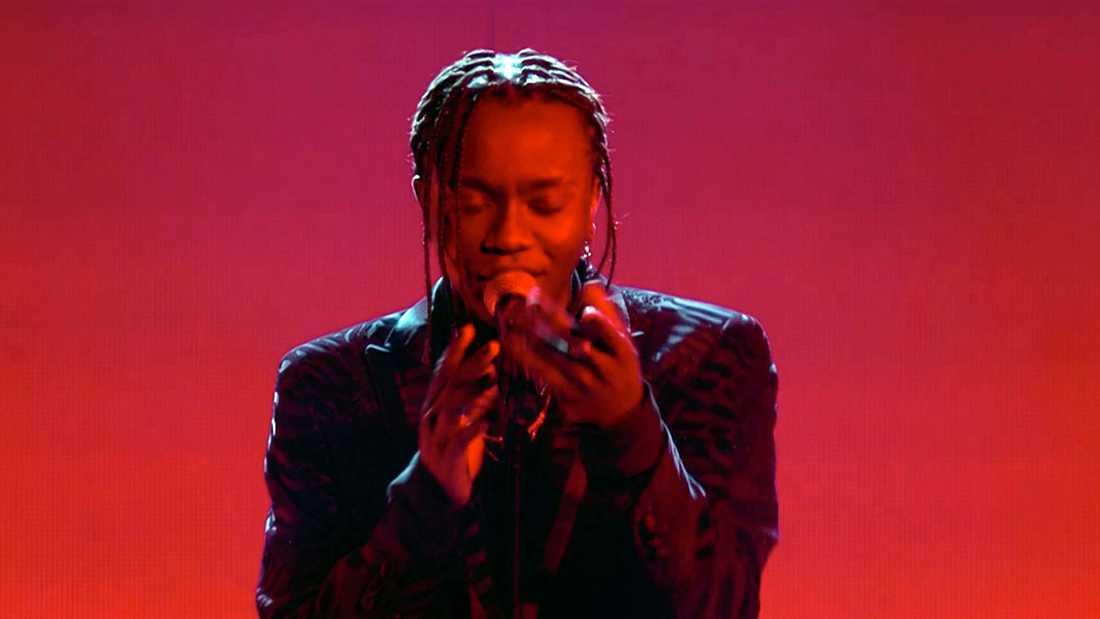 """Tusse Chiza sjunger """"Rise like a Phoenix""""."""