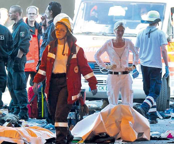 """I katastrofens spår Räddningspersonal jobbade för högtryck efter olyckan på Love Parade. """"Vi såg de döda, de var täckta av lakan, och sedan såg vi andra som knappt var vid liv"""", säger svenska Julia van den Hoogen efter tragedin."""