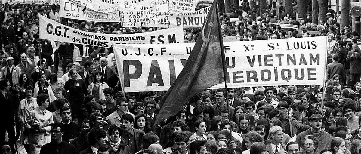 Tiotusentals demonstranter på marsch i Paris i maj 1968.