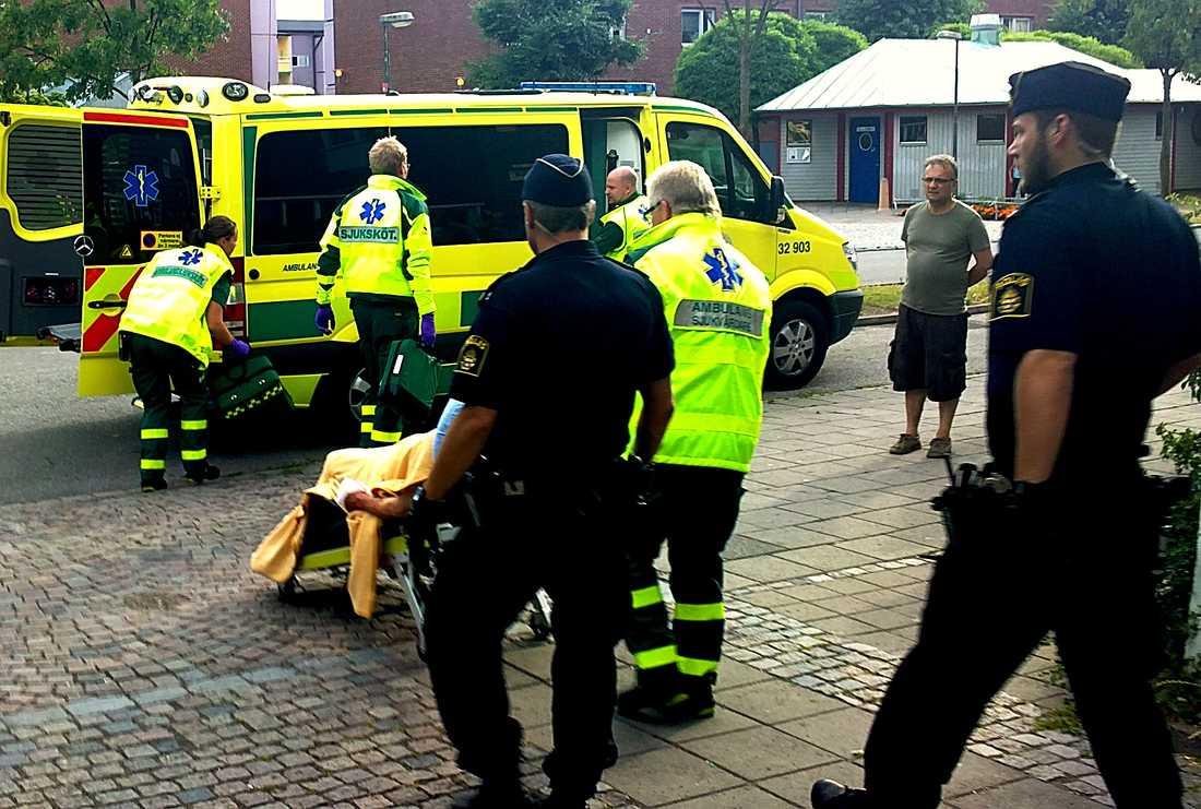 överfölls i sin bostad Den 73-åriga Malmökvinnan öppnade dörren och in trängde sig. Enligt vittnen var det en man och en kvinna. De misshandlade den 73-åriga kvinnan och försvann med en okänd summa pengar.