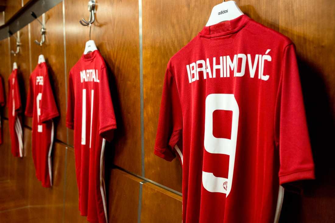 Zlatans tröja i Manchester Uniteds omklädningsrum på fotbollsarenan Old Trafford i Manchester där Zlatan Ibrahimovic i dag gör comeback i truppen.