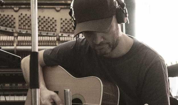 Fredrik Norberg från Popsicle sjunger och skriver låtarna i albumdebuterande bandet Bergen.