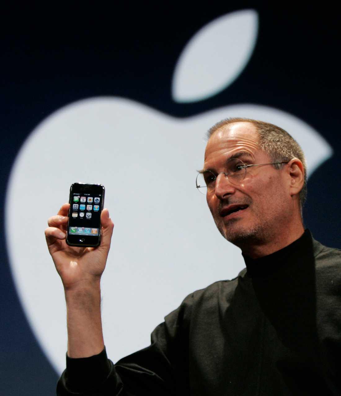 Steve Jobs med den första Iphonen.