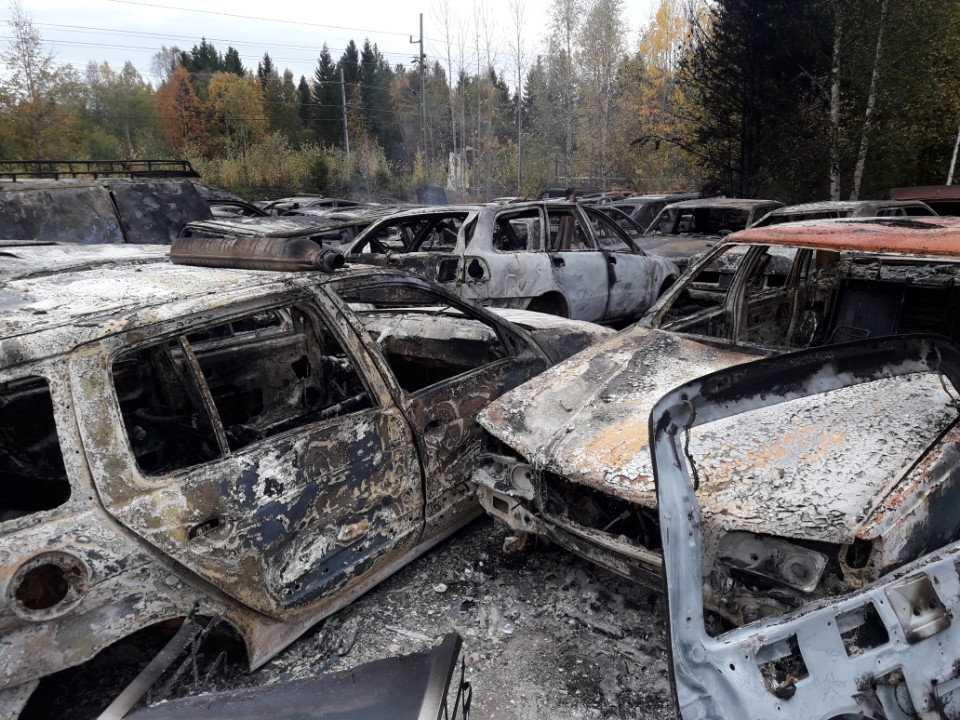 Flera bilar totalförstördes i en brand i Nordmaling i natt. Nu ska en miljöinspektör göra en bedömning av eventuella miljökonsekvenser.