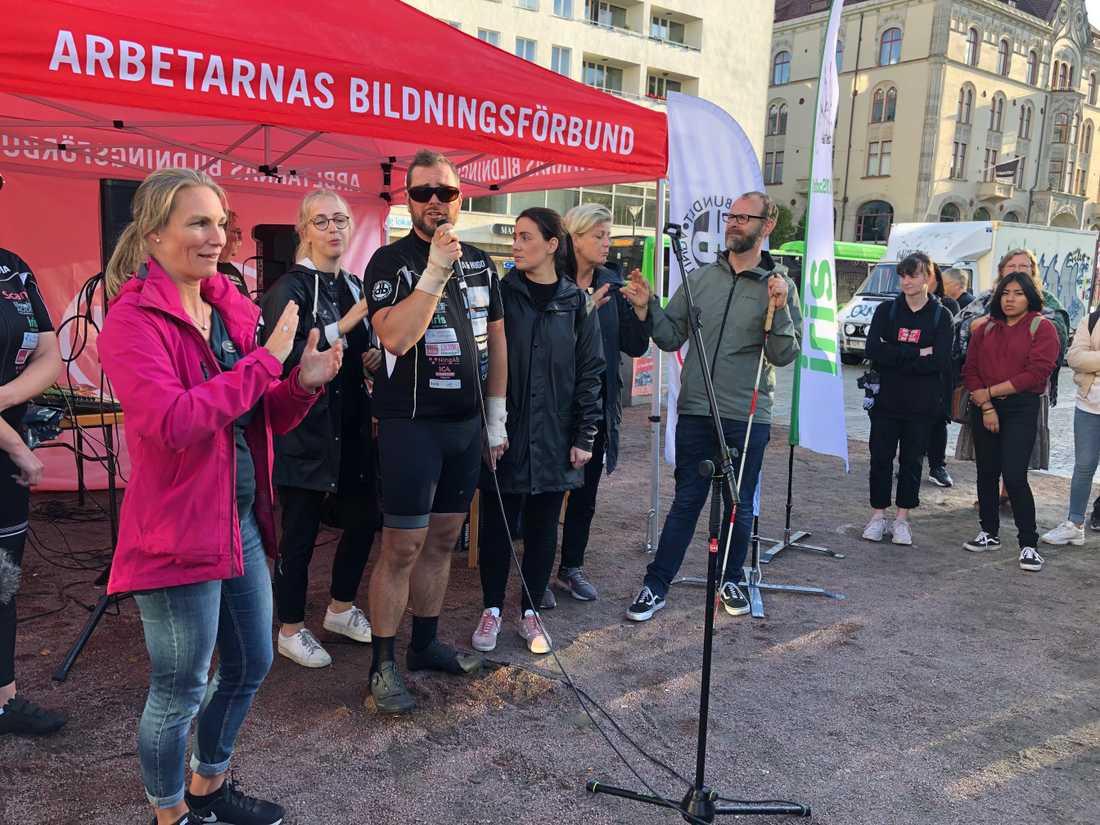 Torbjörn Svensson talade inför den samlade publiken. Flera tolkar var givetvis på plats.