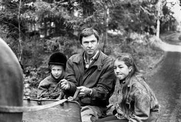 Willy Strid åker häst och vagn med barnen, spelade av Hedvig och Sofia Stenius.
