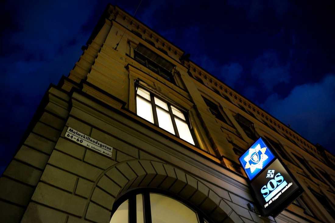 Sjuksköterskan som vägrade Emil Linnell en ambulans hade bara jobbat på SOS Alarm i ett år. Trots det hade han redan anmälts tre gånger av privatpersoner som känt sig felaktigt och otrevligt bemötta.