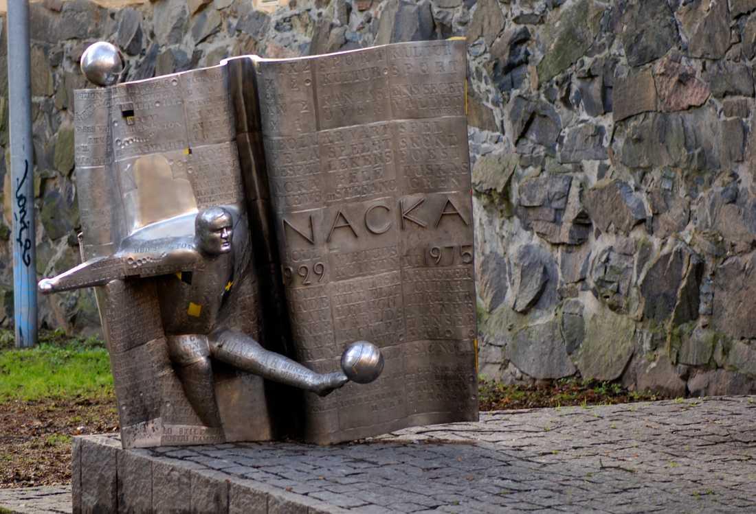 """Zlatan Ibrahimovic blir inte först att få en staty efter sig. Flera kända fotbollsspelare har hyllats på samma sätt, däribland Lennart """"Nacka"""" Skoglund på Södermalm i Stockholm. Arkivbild."""