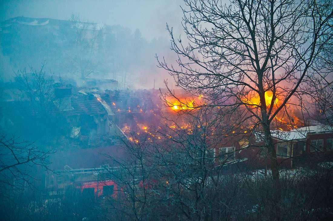Elden har rasat hela natten, men var vid 07-tiden på tisdagsmorgonen under kontroll.