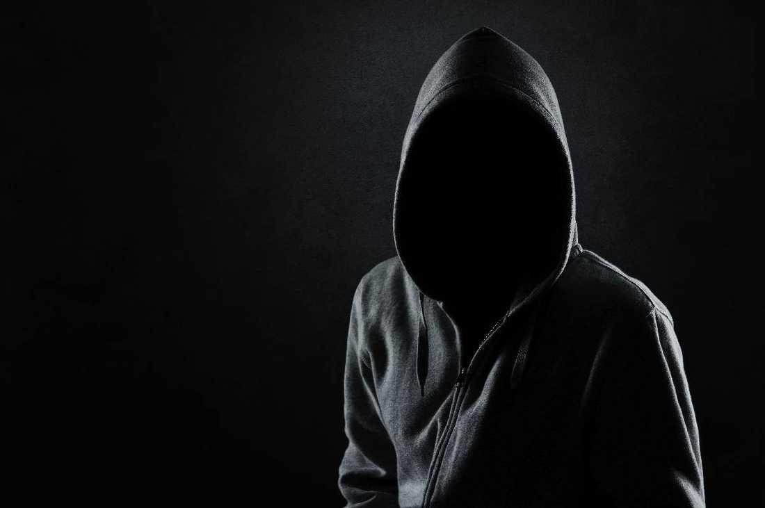 Aftonbladets reporter har tagit emot flera hatiska mejl från en 48-årig man som gömmer sig bakom sitt mejlkonto. Mannen med huvan är inte denne person.