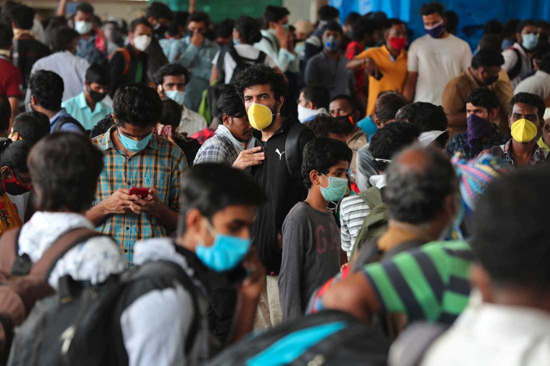 Människor trängs vid en busstation i Bangalore, Indien.