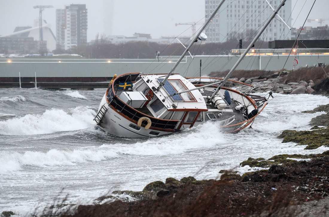 MALMÖ 2017-11-19 En segelbåt har gått på grund på stranden vid Sibbarp söder om Malmö. En person lyckades ta sig iland från den tvåmastade segelbåten.