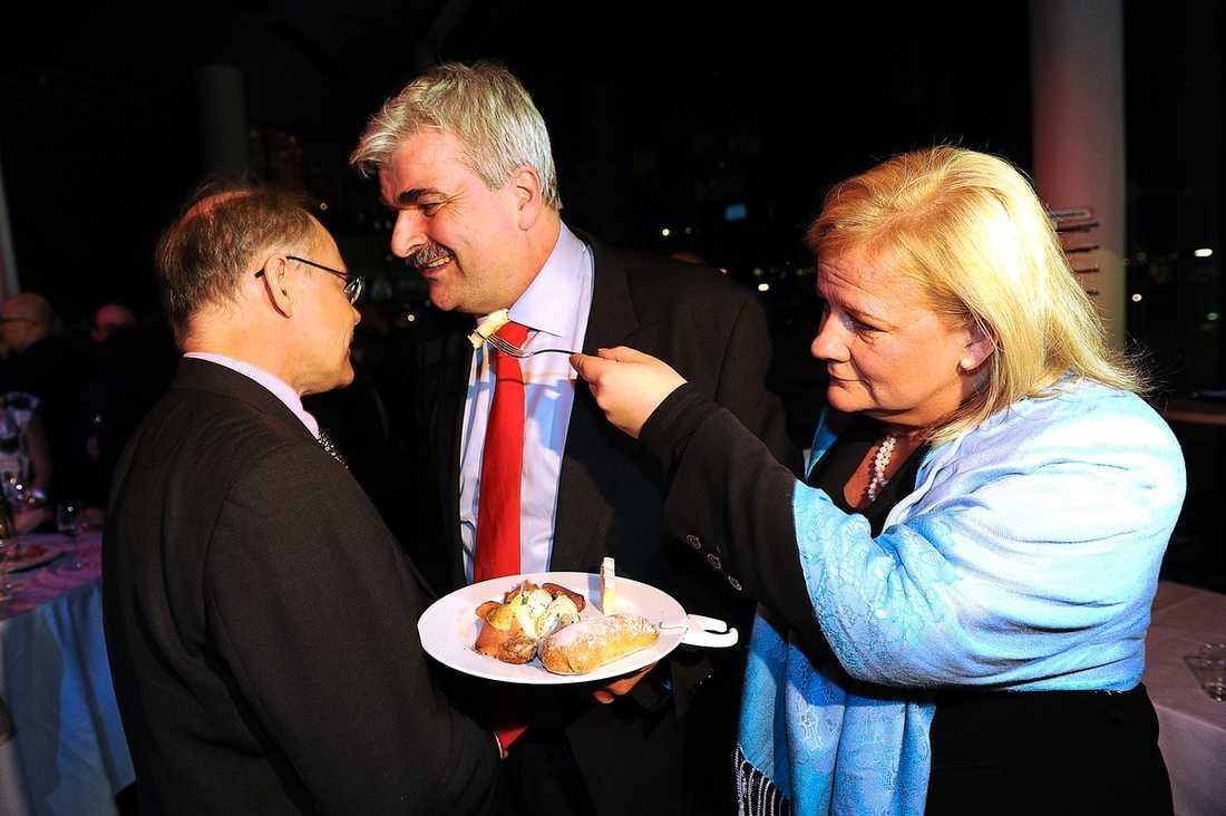 Juholts flickvän Åsa Lindgren försöker se till att han får i sig mat.