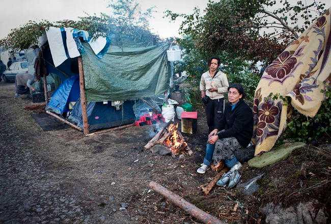 """Tältar i skogen 500 bulgariska bärplockare har tagit sig till Mehedeby för att försörja sig. Ett stort tältläger breder ut sig i skogen och det upprör många bybor. """"Det är en humanitär katastrof"""", säger närpolischefen Örjan Brodin."""