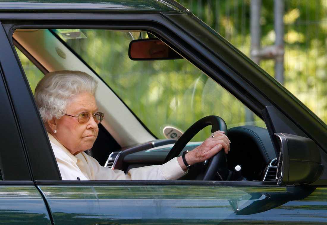 Den 92-åriga drottning Elizabeth älskar att köra någon av sina många bilar i den kungliga fordonsflottan. Men efter makens olycka i januari slutar hon köra på allmänna vägar.