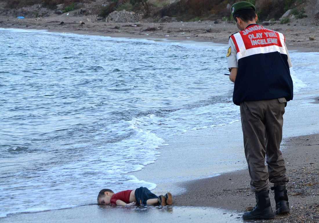 Treårige Alan Kurdis kropp spolades upp på en strand i turkiska Bodrum i september 2015. Bilden på pojken spreds över världen.