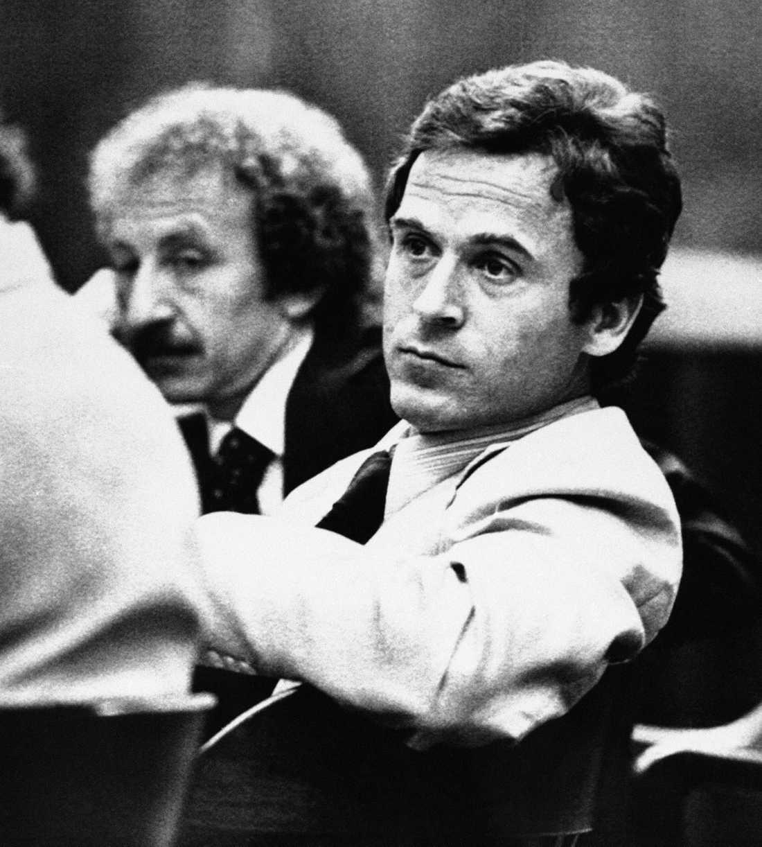 Den verklige Ted Bundy under mordrättegången.