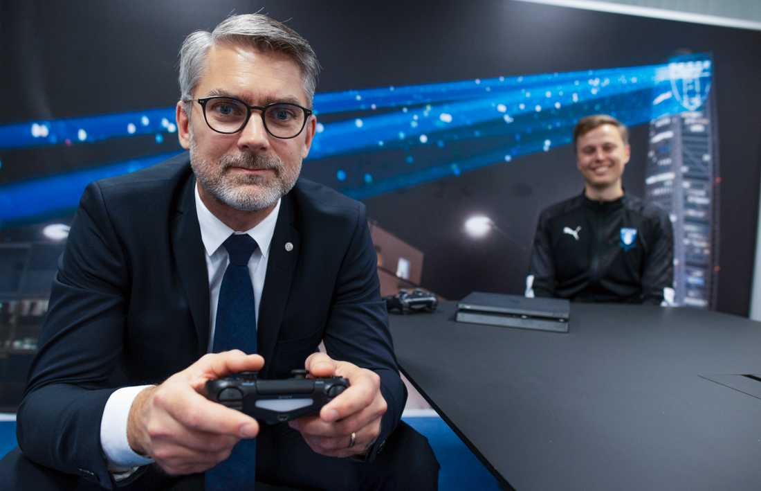 """Malmö FF startar hösten 2021 en gymnasieutbildning för pojkar och flickor som vill satsa på tv-spelet Fifa. """"Ett naturligt steg för oss"""", säger klubbens vd Niclas Carlnén. I bakgrunden syns Filip Ahlström, som är projektledare för MFF:s satsning på e-sport."""