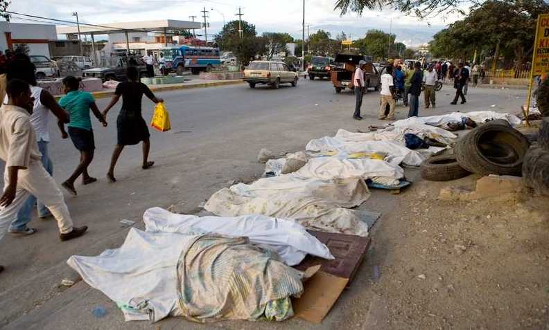 Döda kroppar ligger längs gatorna.