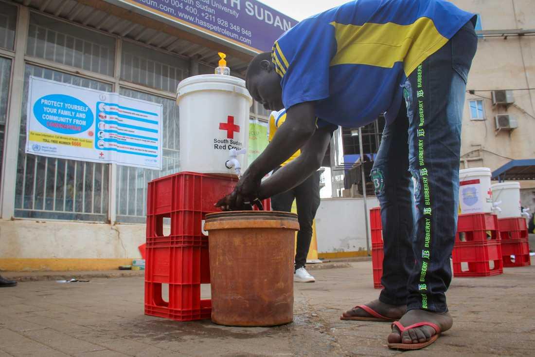 En man i Sudan tvättar händerna för att hindra spridningen av coronaviruset. Pandemin har förvärrat den redan ansträngda ekonomin i landet. Arkivbild.
