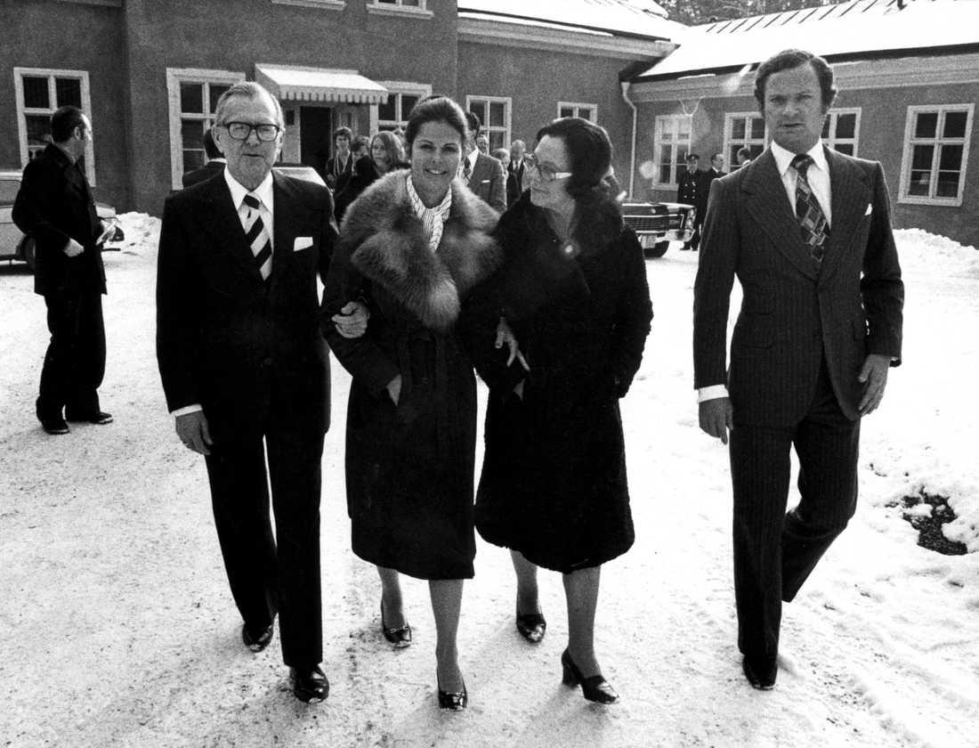 Kung Carl Gustaf och drottning Silva tillsammans med drottningens föräldrar Walther och Alice Sommerlath 1976. Arkivbild.