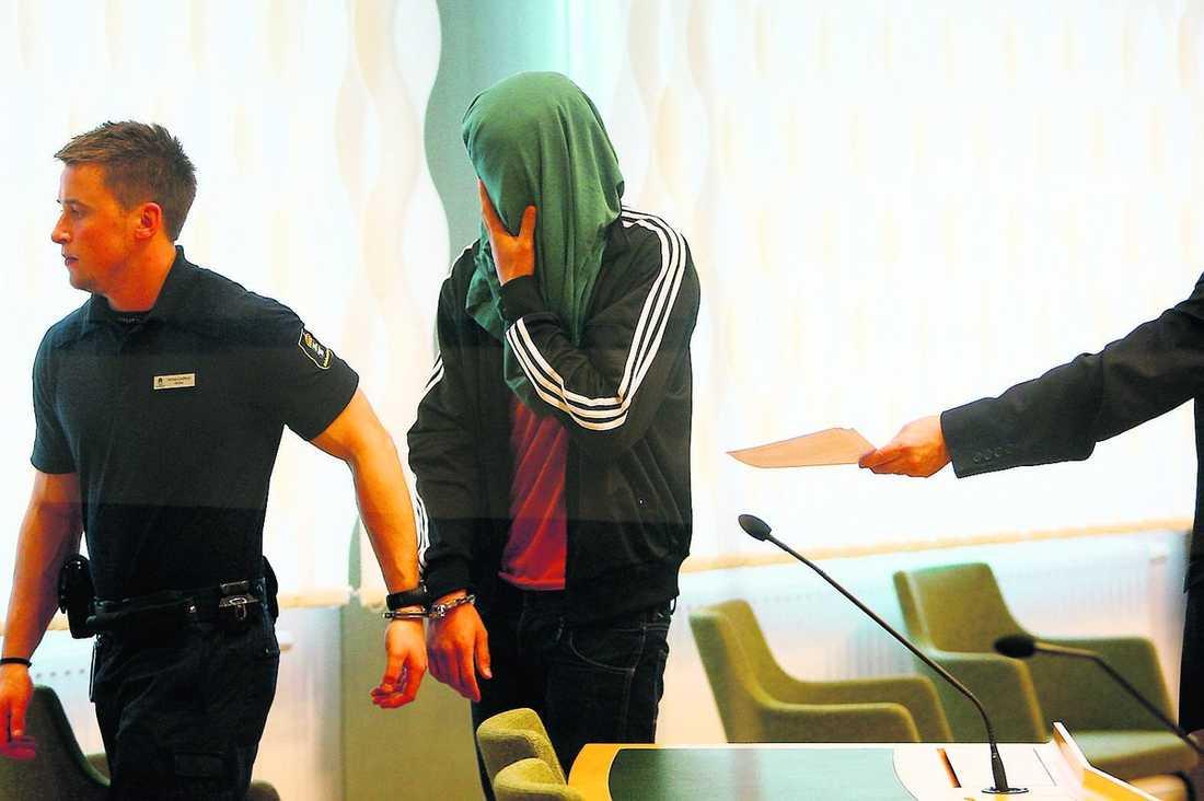 """""""SKOJBRÅK – SEN BLEV DET SVART"""" Den 16-årige pojken är misstänkt för att ha mördat 16-åriga Beatrice Fredrixon i en skogsdunge i Västerås. Senast i morgon klockan 11 ska åtalet mot honom vara väckt."""
