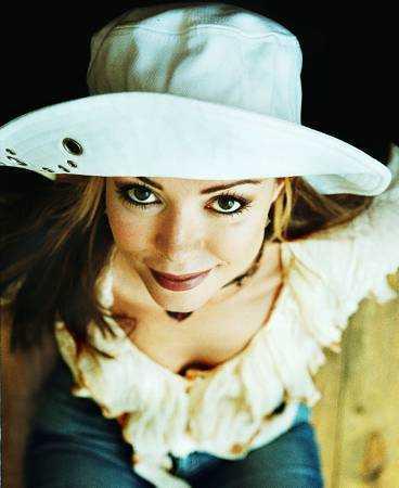 """TÄVLAR FÖR ESTLAND I Sverige är Anna """"Sahlene"""" Sahlin mest känd för sin roll i """"Bullerbyn""""-filmen. Men på lördag kan vi se henne i schlager-EM där hon tävlar för hemmanationen Estland. """"Det kommer att koka på arenan när jag går på scenen. Det är ju hemmaplan"""", säger hon."""