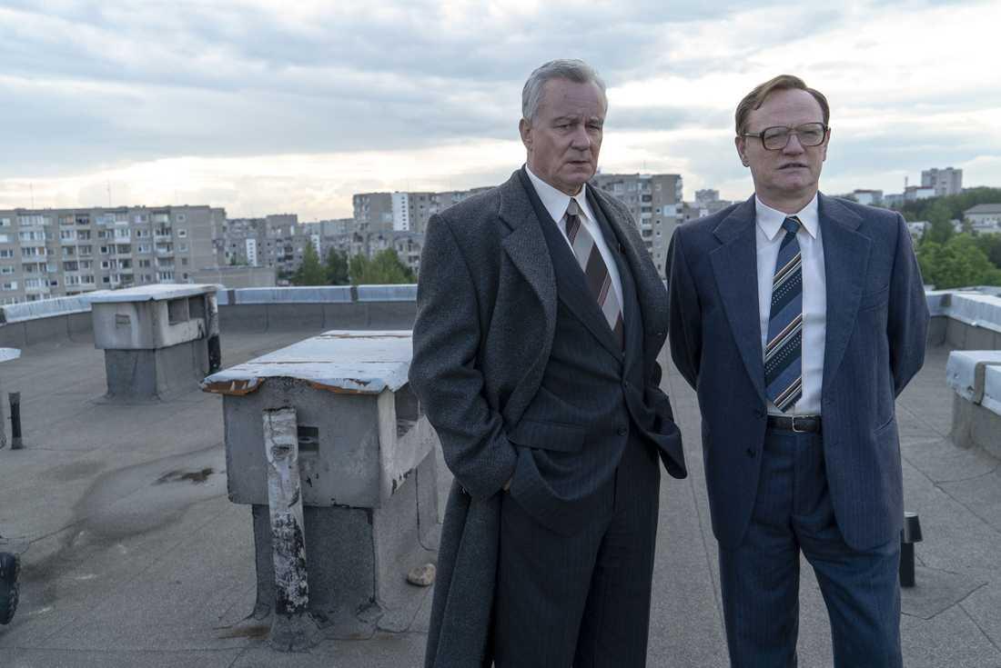 Stellan Skarsgård i rollen som Boris Shcherbina och Jared Harris i rollen som Valery Legasov.