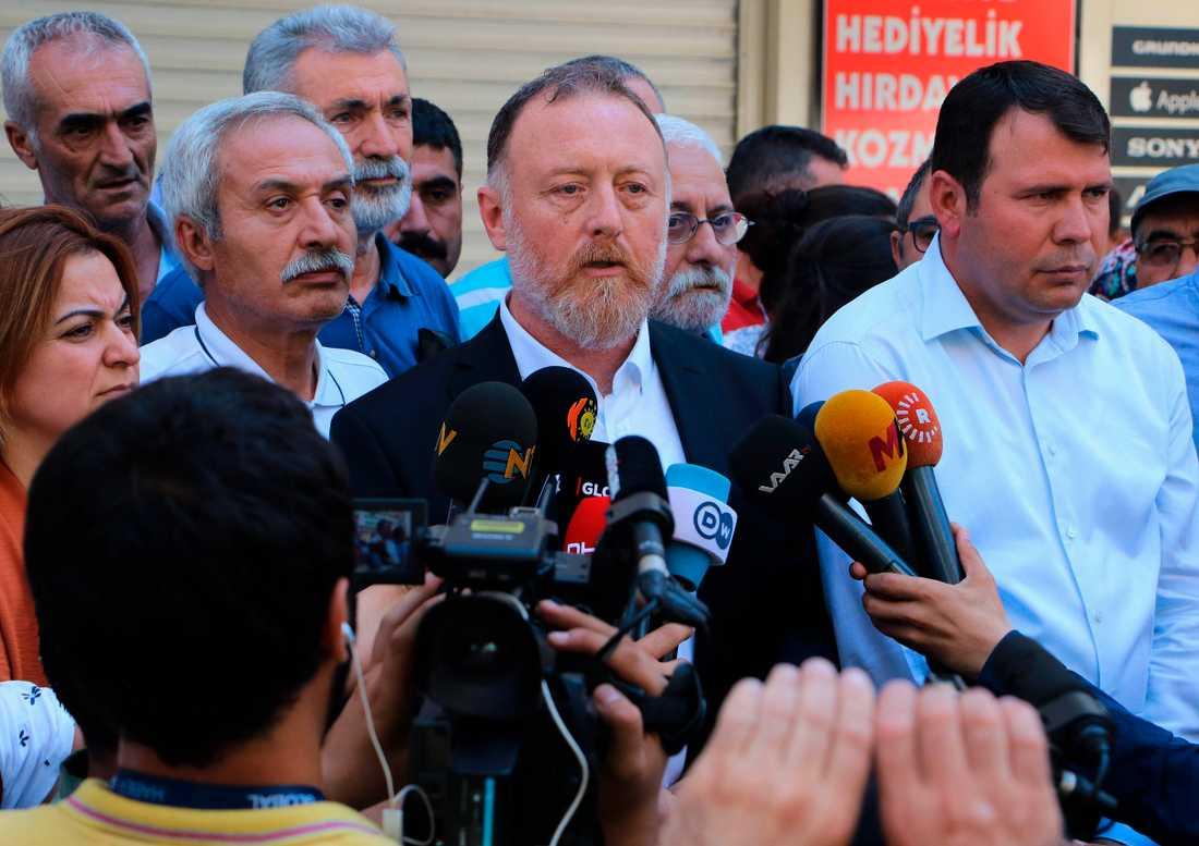 """HDP-ledaren Sezai Temelli (i mitten med skägg) utreds av åklagare sedan han beskrivit den turkiska militäroffensiven som ett """"ockupationsförsök"""". Arkivbild."""