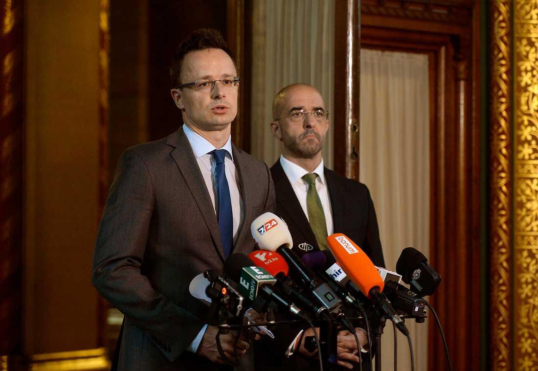 Ungerns utrikesminister Peter Szijjarto vid presskonferensen där han meddelade planerna på en barriär.
