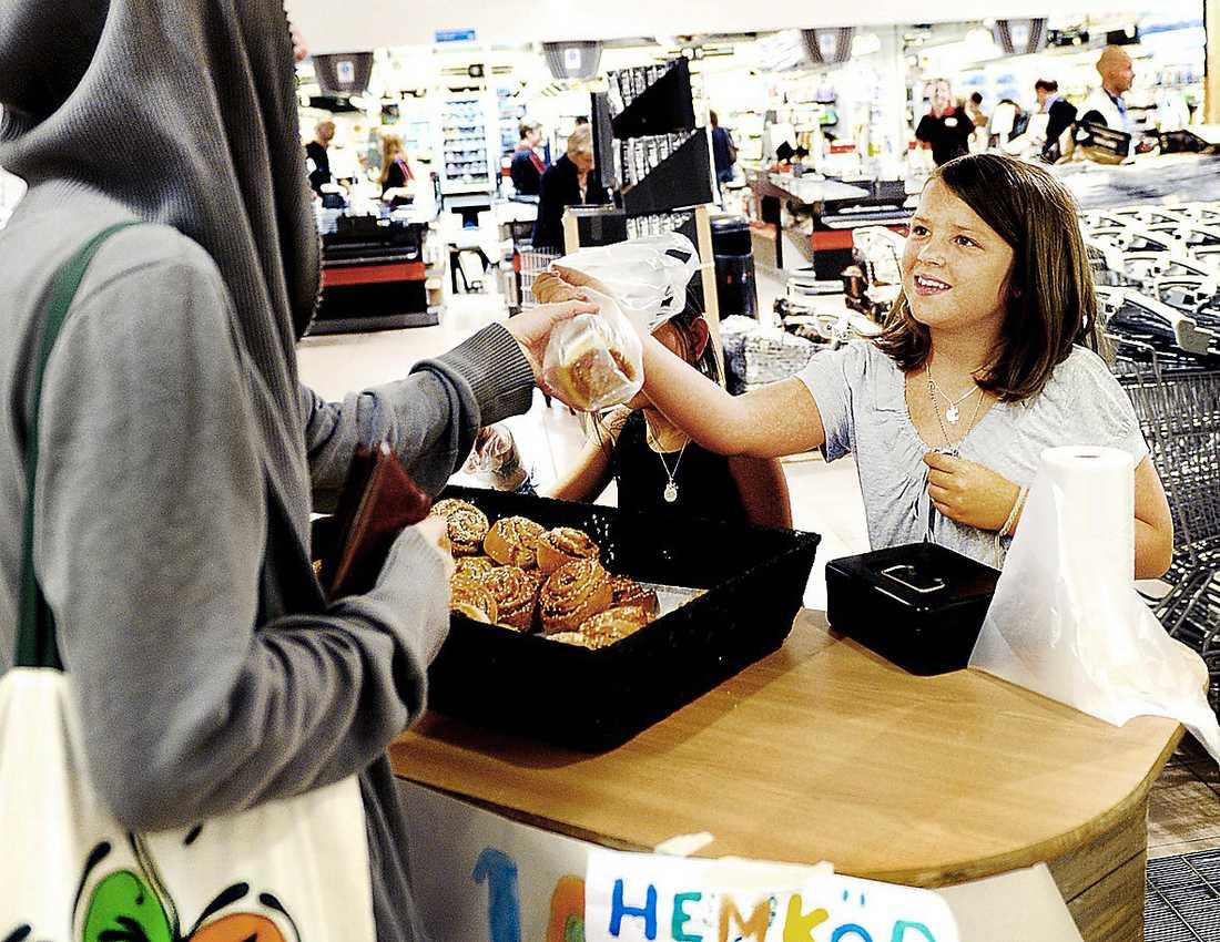 BULLAR UPP – FÖR SUCCÉ  Milla säljer bullar för 10 kronor styck i mataffären.