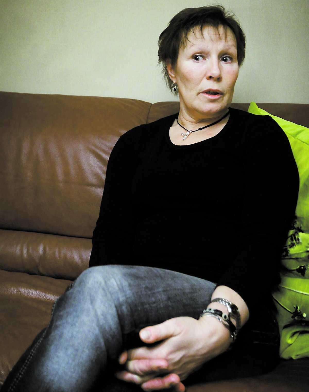 HOPPFULL Britt-Marie Larsson sitter i soffan hemma i Trollhättan. Hon tänker inte vänta på beskedet från GM som kan komma i kväll vid 23-tiden. Hon tror på ett positivt besked för Saab.