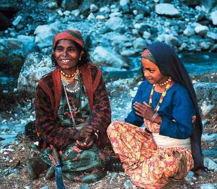 Mor och dotter i kastrullmakarnas by.