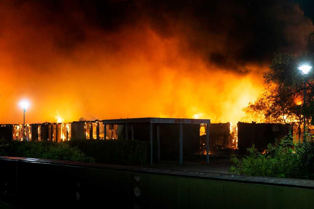 Uppsala: Gottsundaskolan övertänd i misstänkt anlagd brand.