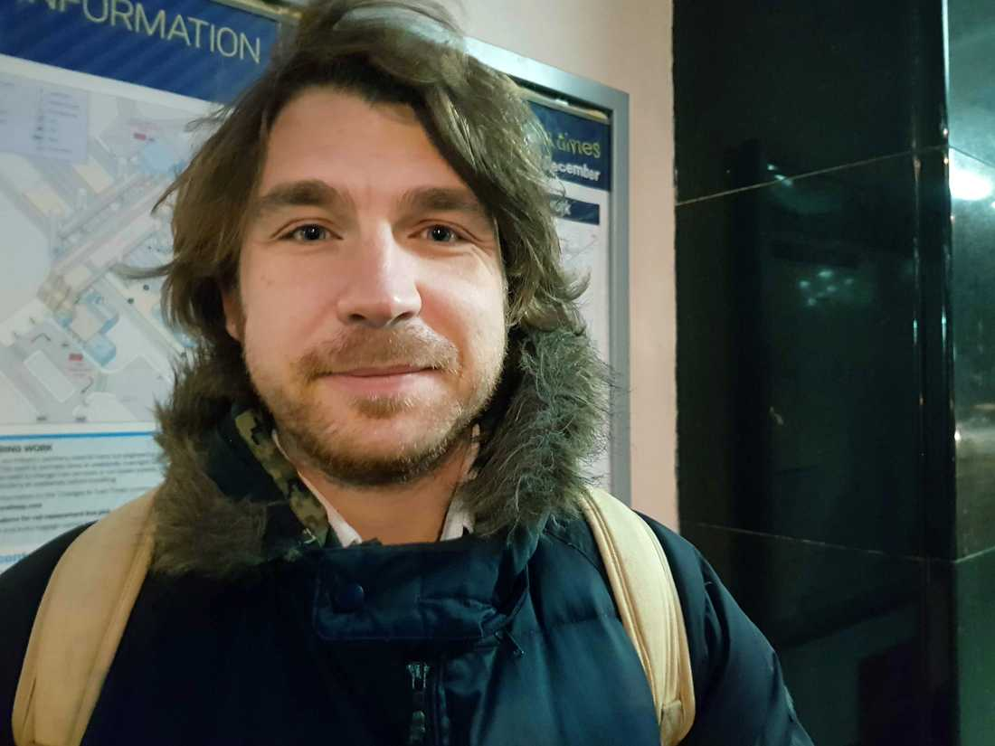 Lärarassistenten Jyles Figura, 32, väntar på tåget i sydvästra London och passar då på att uppdatera sig om valnatten i dagens tidning. Han är besviken och menar att många blivit vilseleda.