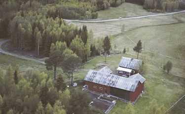 Brutalt mördade Härnösandsparet Tor Öberg, 70 och Gerd Wiklund, 67 hittades ihjälslagna i ladugården. Båda hade likartade krossår i huvudet. Polisen sökte mördarna med hundar och helikopter i morse.