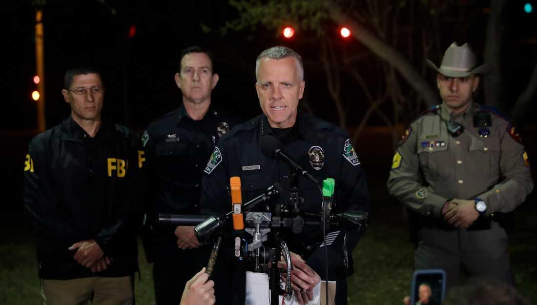 Polischefen Brian Manley vid presskonferensen.