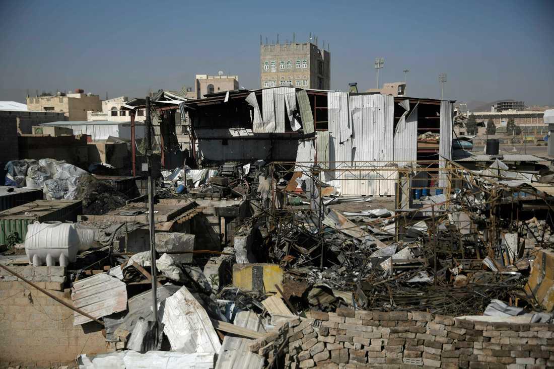 Effekten av ett flygangrepp i Sanaa av saudiskledda stryrkor i våras. Arkivbild.